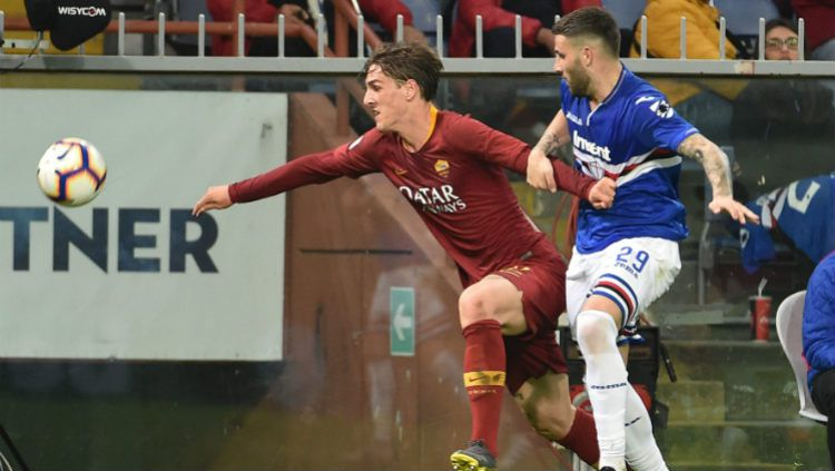 Nicolo Zaniolo berusaha lepas dari penjagaan lawan saat pertandingan Sampdoria vs Roma, Minggu (7/4/19). Paolo Rattini/Getty Images Copyright: © Paolo Rattini/Getty Images