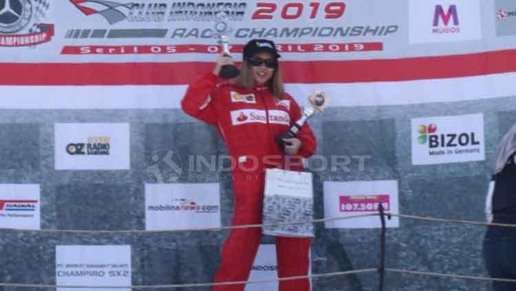 Pebalap Sarikha Kartika Ayu raih podium dua ISSOM 2019 kelas SC 4 Spirit kategori Mercedes Bemc Club INA Race Championship. Zainal Hasan/INDOSPORT Copyright: © Zainal Hasan/INDOSPORT