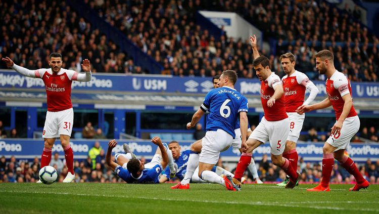 Proses terjadinya gol Phil Jagielka ke gawang Arsenal dalam laga pekan ke-33 Liga Primer Inggris, Minggu (07/04/19). Copyright: © Twitter @premierleague