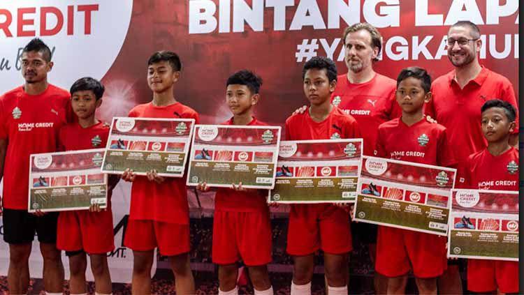 Para peserta bintang lapangan bersama Bambang Pamungkas dan Karel Poborsky(8/4/2019).(Humas Bintang Lapangan) Copyright: © Humas Bintang Lapangan