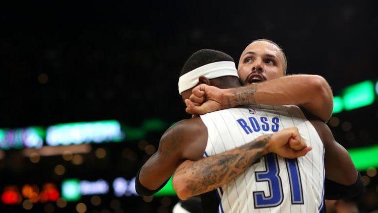 Pemain Orlando Magic, Terrence Ross dan Evan Fournier merayakan lolos ke babak playoffs usai mengalahkan Boston Celtics, Senin (08/04/19). Copyright: © (Maddie Meyer / Getty Images)