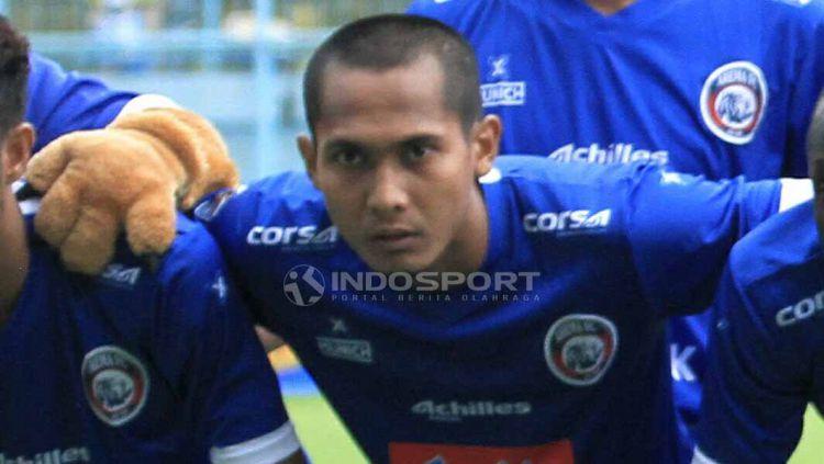Midfielder Arema FC, Hendro Siswanto mengaku biasa saja setelah didaulat sebagai kapten tim, dalam laga uji coba yang berakhir dengan skor 1-1 melawan PON Jatim. Copyright: © Ian Setiawan/INDOSPORT