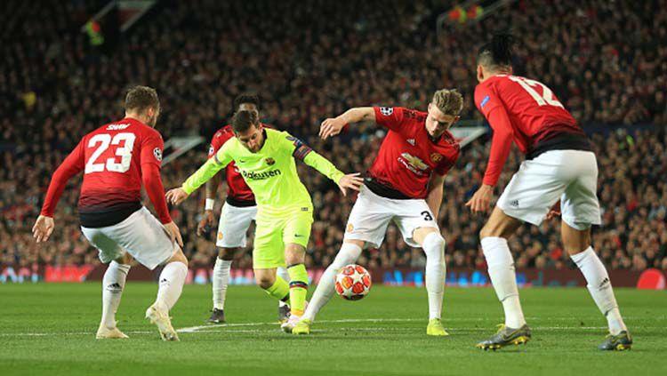 Lionel Messi saat berusaha bersaing merebut bola dengan empat pemain Manchester United. Foto: Simon Stacpoole/Offside/Getty Images Copyright: © Simon Stacpoole/Offside/Getty Images