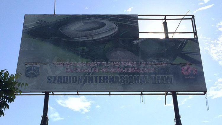 Papan reklame di lahan tempat Stadion BMW dibangun. Copyright: © Annisa Hardjanti/INDOSPORT