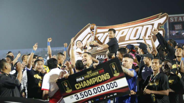 Arema FC saat menerima trofi juara Piala Presiden 2019. Copyright: © INDOSPORT/Herry Ibrahim