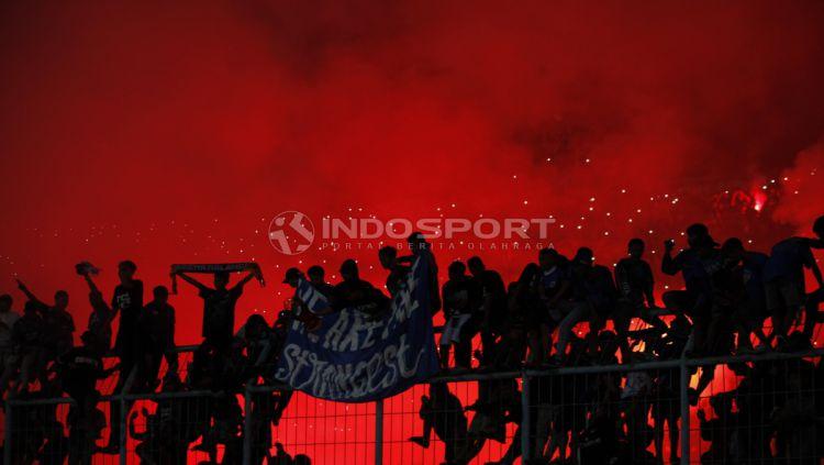 Aksi Aremania usai tim kesayangannya menjuarai Piala Presiden 2019 di stadion Kanjuruhan, Jumat (12/4/19). Foto: Herry Ibrahim/INDOSPORT Copyright: © Herry Ibrahim/INDOSPORT