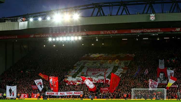 Lagu You'll Never Walk Alone selalu dinyanyikan suporter Liverpool untuk menyemangati timnya bertanding. Copyright: © Robbie Jay Barratt/GETTYIMAGES