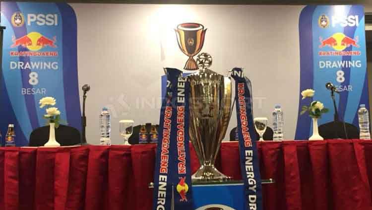 Trofi Piala Indonesia dalam jumpa pers drawing 8 besar Copyright: © Petrus Manus Da' Yerimon/INDOSPORT