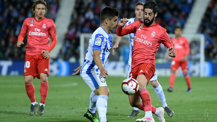 Isco merebut bola dari pemain Leganes. Copyright: © Soccrates Images / Getty Images