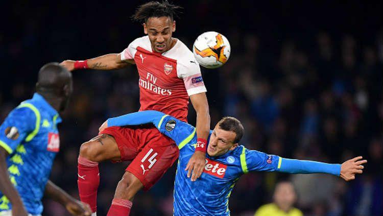 Pierre-Emerick Aubameyang sedang berduel di dudara dengan pemain Napoli. Copyright: © Matthias Hangst/Getty Images.