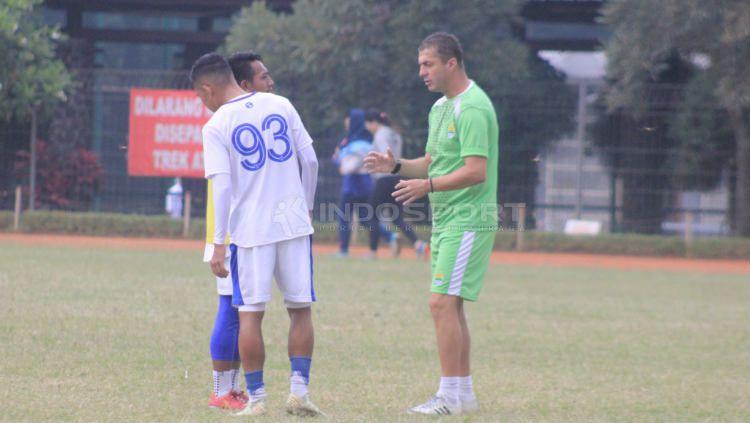 Pelatih Persib Bandung, Miljan Radovic memberikan instruksi kepada Beckham Putra Nugraha saat sesi latihan di Saraga ITB, Kota Bandung, Jumat (19/04/2019) (Arif Rahman/INDOSPORT). Copyright: © Arif Rahman/INDOSPORT