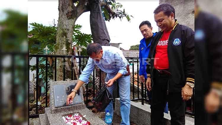 Ketua Asprov PSSI Jawa Barat, Tommy Apriantono menaburkan bunga saat ziarah ke makam pendiri sekaligus ketua pertama PSSI Ir. R. Soeratin di Taman Pemakaman Umum (TPU) Sirnaraga, Kota Bandung, Jumat (19/04/19). Copyright: © Arif Rahman/INDOSPORT