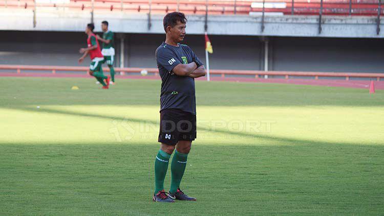 Djadjang Nurdjaman memimpin latihan di Stadion GBT, Jumat (19/4/19). Fitra Herdian/INDOSPORT Copyright: © Fitra Herdian/INDOSPORT