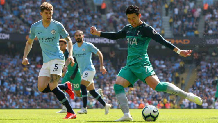 Son Heung-min (kana) sedang berduel dengan John Stones di laga Man City vs Tottenham, Sabtu (20/04/19). Copyright: © Alex Livesey/Getty Images