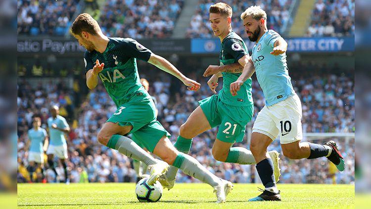 Juan Foyth dan Sergio Aguero saling berebut bola pada laga Manchester City vs Tottenham di Liga Primer Inggris (20/04/2019). Copyright: © Alex Livesey/Getty Images