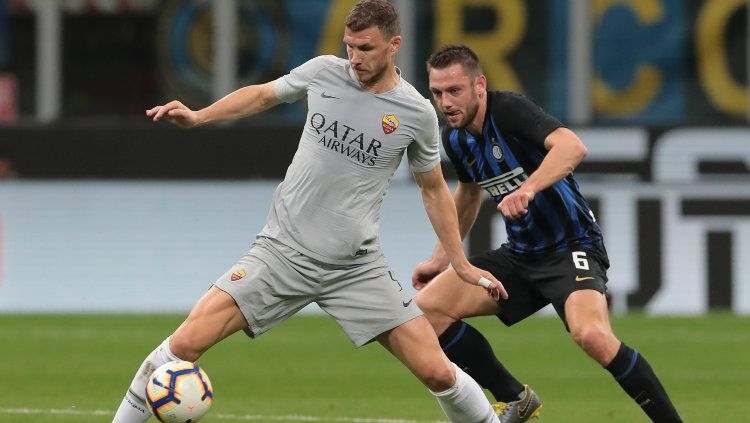 Dengan resminya Edin Dzeko mempepanjang kontrak bersama AS Roma membuat Juventus harus menahan hasratnya untuk memboyong Mauro Icardi dari Inter Milan. Copyright: © Emilio Andreoli/Getty Images