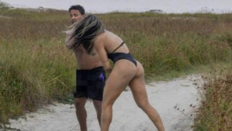 Joyce Vieira (kanan) saat memukul pria yang dianggapnya masturbasi ke arah dirinya Copyright: © Sport Bible