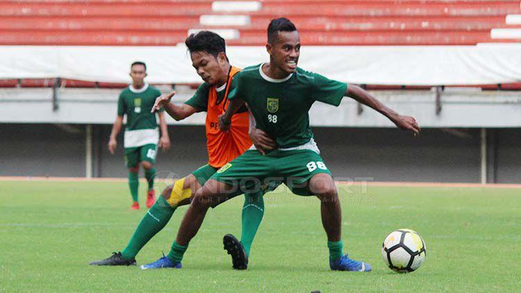 M Hidayat berebut bola dengan Alwi Slamat saat latihan menjelang laga Liga 1 2020 di Stadion GBT, Minggu (21/4/19). Fitra Herdian//INDOSPORT Copyright: © Fitra Herdian//INDOSPORT