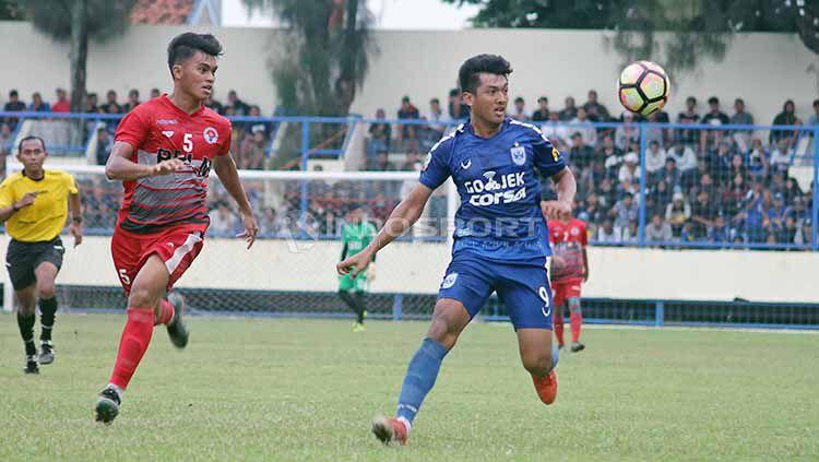 Striker Agi Pratama (kanan) saat mengikuti seleksi di PSIS Semarang jelang bergulirnya Liga 1 2018 silam. Foto: Ronald Seger Prabowo/INDOSPORT Copyright: © Ronald Seger Prabowo/INDOSPORT