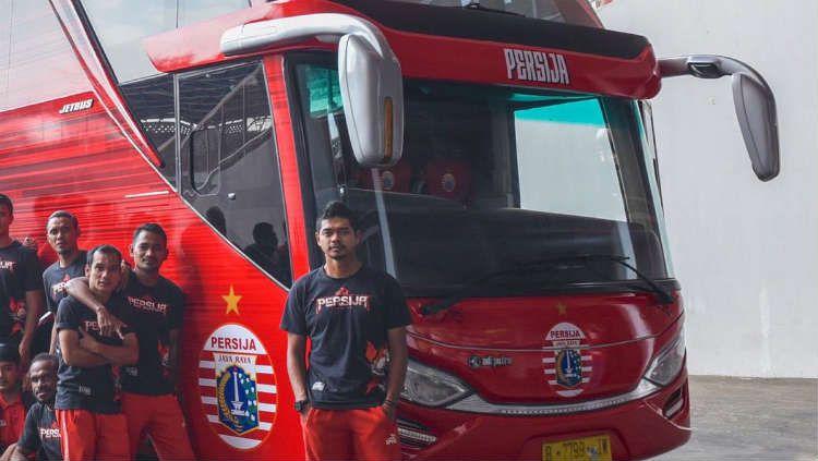 Bambang Pamungkas dan pemain Persija berfoto di depan bus baru. Copyright: © Persija.id