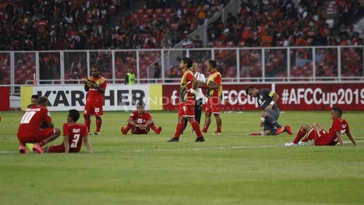 Tertunduk lesu para pemain Persija Jakarta usai dikalahkan Ceres Negros dengan skor 3-2. Herry Ibrahim/INDOSPORT Copyright: © Herry Ibrahim/INDOSPORT