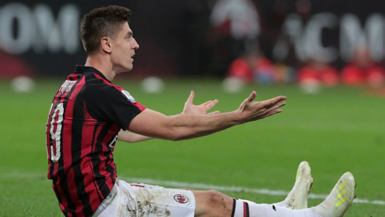 Krzysztof Piatek tidak berdaya melihat AC Milan disingkirkan Lazio, Kamis (25/04/19), Emilio Andreoli/Getty Images. Copyright: © Emilio Andreoli/Getty Images