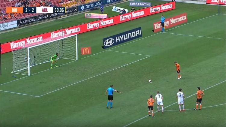 Penalti panenka pemain Brisbane Roar, Eric Bautheac, saat menghadapi Adeiade United, Kamis (25/04/19), di Stadion Suncorp. Copyright: © FOX Sports Football
