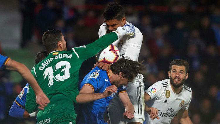 Casemiro sedang berjibaku duel udara dengan para pemain Getafe Copyright: © Quality Sport Images/Getty Images