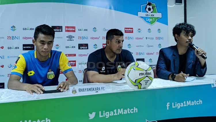 Preskon Bhayangkara FC dan PSM Makassar menjelang leg pertama babak delapan besar Piala Indonesia. Zainal Hasan/INDOSPORT Copyright: © Zainal Hasan/INDOSPORT