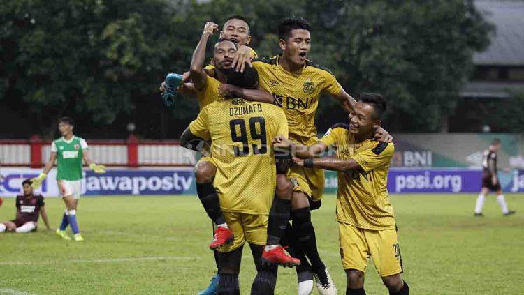 Jadwal Liga 1 2019 yang tidak menentu membuat klub Bhayangkara FC beralih ke olahraga basket. Copyright: © Herry Ibrahim/INDOSPORT