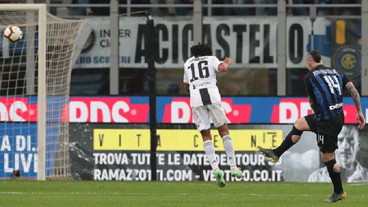 Radja Nainggolan (kanan) melepaskan tendangan voli keras ke arah gawang Juventus, Minggu (28/04/19) dini hari WIB. Emilio Andreoli/Getty Images. Copyright: © Emilio Andreoli/Getty Images.