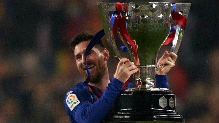 Messi angkat trofi juara Copyright: © Quality Sport Images/Getty Images