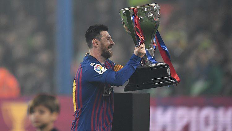 Lionel Messi mengangkat trofi LaLiga 2018/19 yang berhasil dimenangkan Barcelona. Copyright: © David Ramos/Getty Images