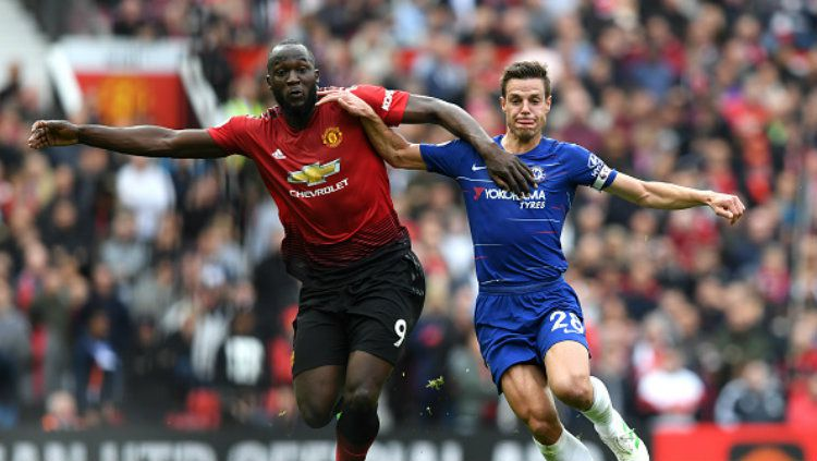 Penyerang Manchester United, Romelo Lukaku berduel dengan bek Chelsea, Cesar Azpilicueta. Copyright: © Darren Walsh/Chelsea FC via Getty Images