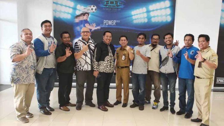 Gede Widiade ketika bertemu dengan beberapa suporter Persiba Balikpapan, Balistik, Senin (29-04-19). Foto: Twitter@BMilitanbiru Copyright: © Twitter@BMilitanbiru