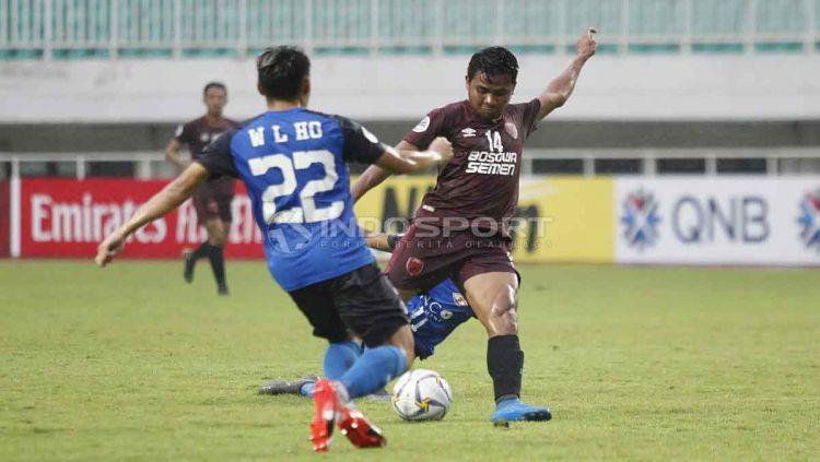 Asnawi Mangkualam tengah mengeksekusi bola ke arah gawang Home United. Herry Ibrahim/INDOSPORT Copyright: © Herry Ibrahim/INDOSPORT