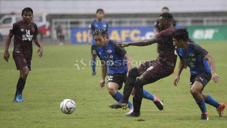 Guy Junior tengah mengeksekusi bola ke arah gawang Home United. Herry Ibrahim/INDOSPORT Copyright: © Herry Ibrahim/INDOSPORT