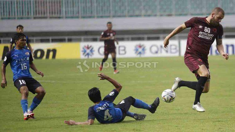 Pemain Home United berhasil menggagalkan aksi Wiljan Pluim. Herry Ibrahim/INDOSPORT Copyright: © Herry Ibrahim/INDOSPORT