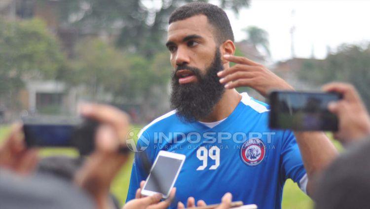 Sylvano Comvalius, penyerang Arema FC saat diwawancara wartawan. Copyright: © Ian Setiawan/INDOSPORT