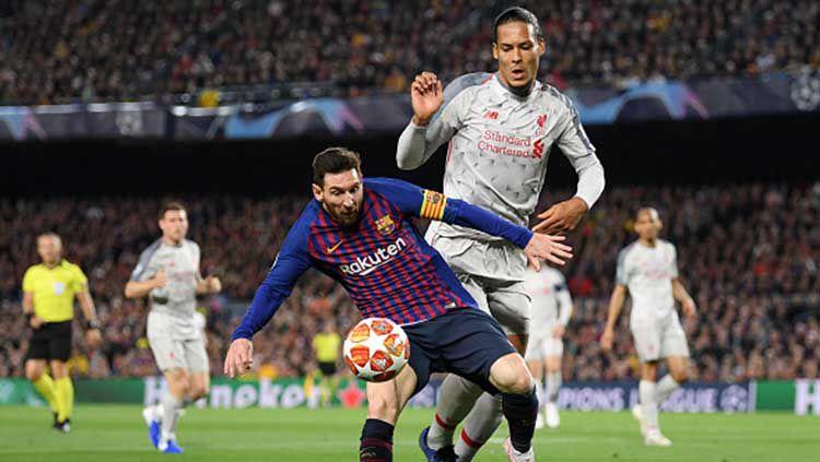 Virgil van Dijk berusaha untuk menggagalkan aksi Lionel Messi pada leg 1 semifinal Liga Champions. Matthias Hangst/Getty Images Copyright: © Matthias Hangst/Getty Images