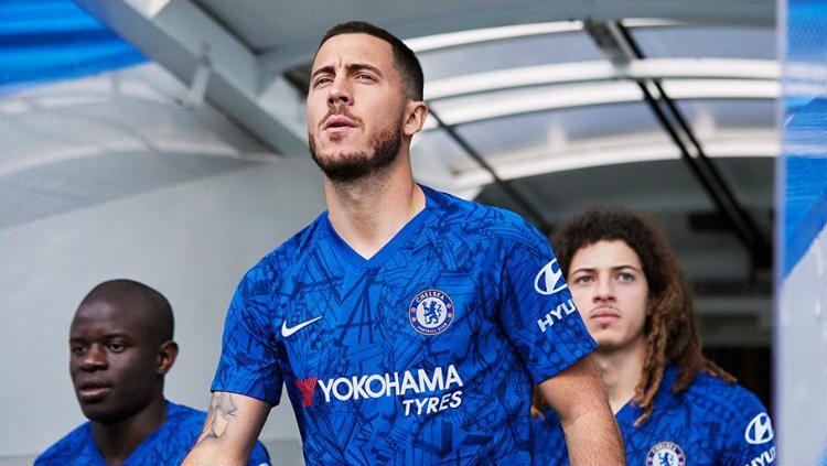 Eden Hazard jadi salah satu model jersey anyar Chelsea. Copyright: © Twitter/Chelsea