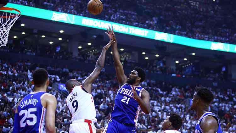 Joel Embiid (nomor 21) dari Philadelphia 76ers menembak bola. Copyright: © Vaughn Ridley/Getty Images