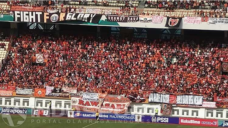 Jakmania, fans klub Shopee Liga 1 2019, Persija Jakarta mendapat jatah yang cukup banyak saat lawan Arema FC. Copyright: © Zainal Hasan/INDOSPORT