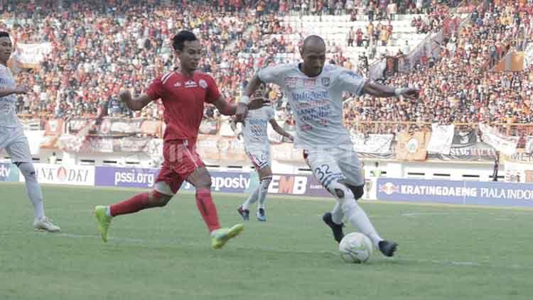 Novri Setiawan (kiri) hanyalah nama terbaru yang diusir wasit dalam derby klasik Persija Jakarta vs Persib Bandung. Abdul Aziz/INDOSPORT. Copyright: © Abdul Aziz/INDOSPORT