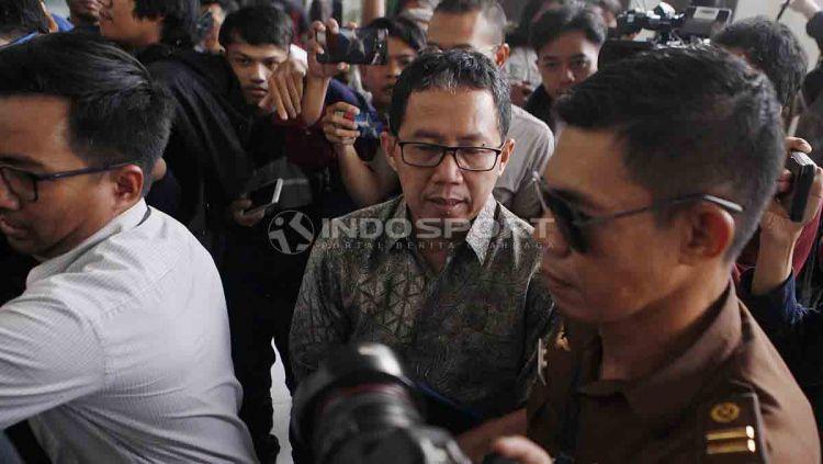 Joko Driyono (kiri) tiba di Pengadilan Negeri Jakarta Selatan untuk mengikuti sidang perdana kasus Pengerusakan Barang Bukti Pengaturan Skor, Senin (06/05/19). Foto: Herry Ibrahim/INDOSPORT Copyright: © Herry Ibrahim/INDOSPORT