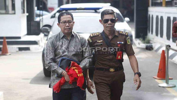 Joko Driyono (kiri) dijatuhi vonis sementara berupa hukuman penjara selama 18 bulan oleh PN Jakarta Selatan. Foto: Herry Ibrahim/INDOSPORT Copyright: © Herry Ibrahim/INDOSPORT