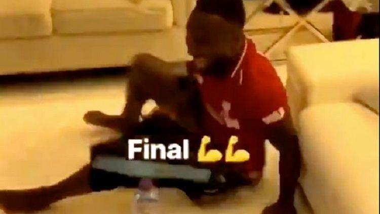 Reaksi Naby Keita saat Liverpool berhasil mencapai babak final Liga Champions 2018/19. Copyright: © Instagram/keitanabydeco
