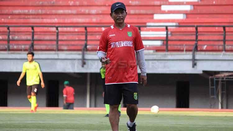 Djajang Nurdjaman memimpin latihan Persebaya di Stadion GBT. Fitra Herdian/INDOSPORT Copyright: © Fitra Herdian/INDOSPORT