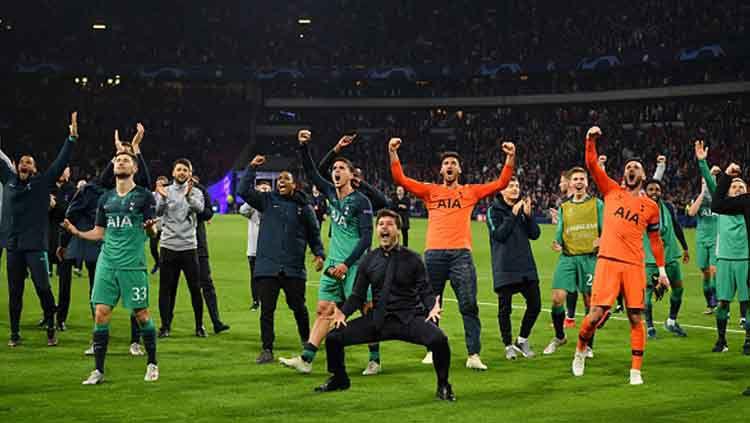 Selebrasi para pemain dan pelatih Tottenham Hotspur usai memastikan diri ke final Liga Champions 2018/19. Copyright: © Dan Mullan/GettyImages