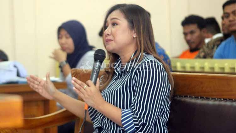 Kubu Lasmi Indaryani kurang puas dengan keputusan hukuman yang dijatuhkan ke enam terdakwa kasus mafia pengaturan skor sepak bola Indonesia. Copyright: © Ronald Seger Prabowo/INDOSPORT